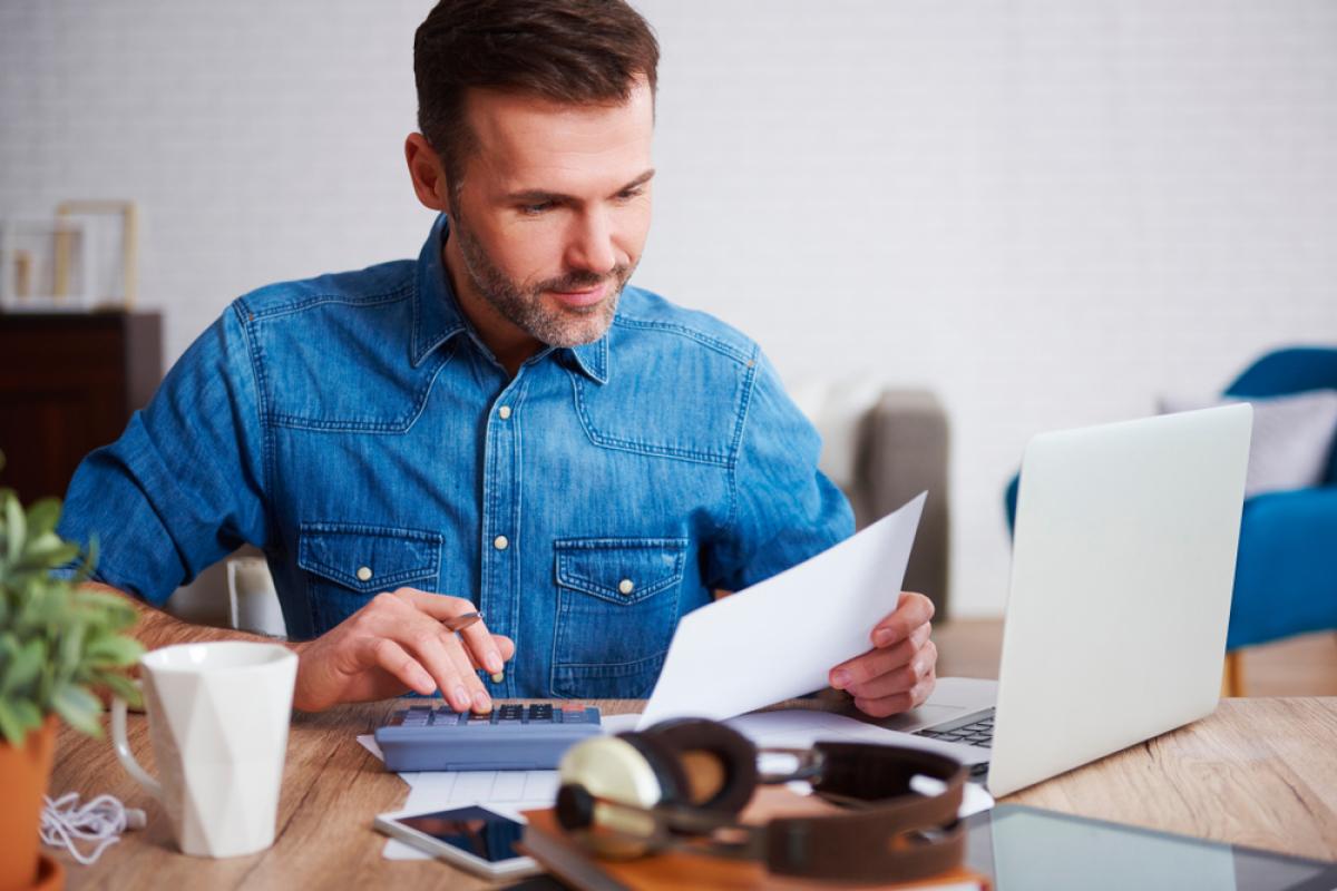 Un homme prend des renseignements sur le déficit foncier