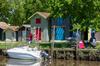 Les maisons de pêcheurs colorées, typiques de la commune de Biganos