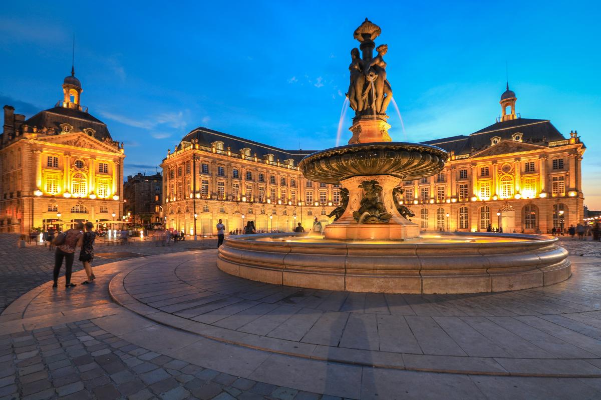 loi pinel bordeaux - la fontaine place de la Bourse à Bordeaux vue en soirée