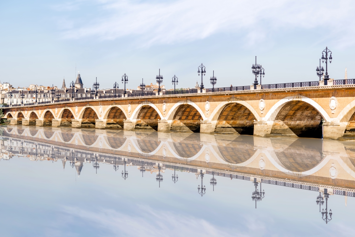 pont simone veil- le célèbre pont Saint-Pierre à Bordeaux