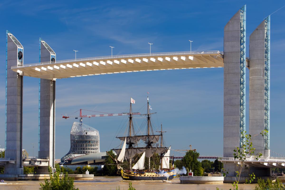 pont simone veil- le pont Jacques Chaban-Delmas et l'Hermion passant dessous avec la Cité du Vin en arrière plan