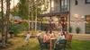 Logement et télétravail -Repas de famille dans le jardin d'une maison neuve