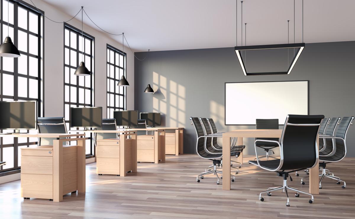 Logement et télétravail - Intérieur d'un grand bureau en open-space moderne