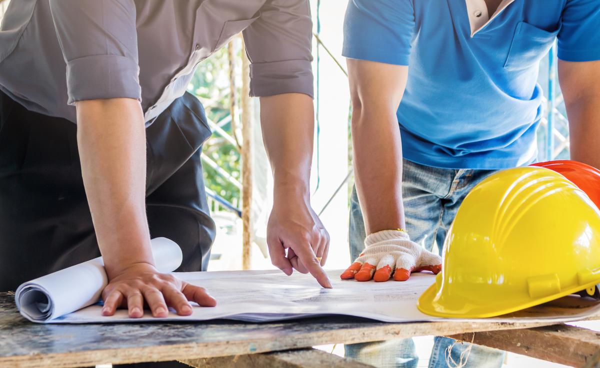Neuf ou ancien à Bordeaux – Hommes discutant autour des plans d'un chantier