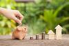 Neuf ou ancien à Bordeaux – Concept d'économie et d'investissement immobilier avec tirelire et pile de pièces