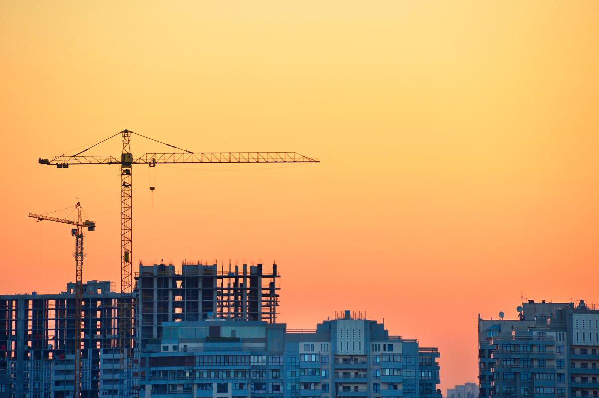politique logement Macron  – un chantier au coucher du soleil