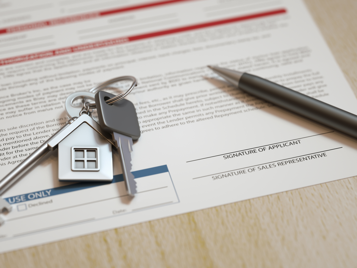 Projet immobilier à Bordeaux – Contrat de location avec clés du logement et stylo pour la signature