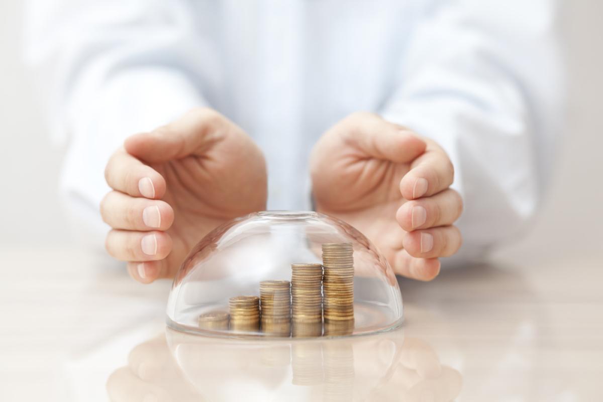Investir à Bordeaux en 2024 - Homme surveillant ses économies sous un dôme de verre