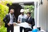 RE2020 – Le propriétaire de bureaux et le ingénieur en énergie planifient un projet de construction d'un panneau solaire pour le bâtiment en construction